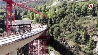 Valais: un pont impressionnant pour contourner le village de Stalden. Visite aérienne du chantier et explications.