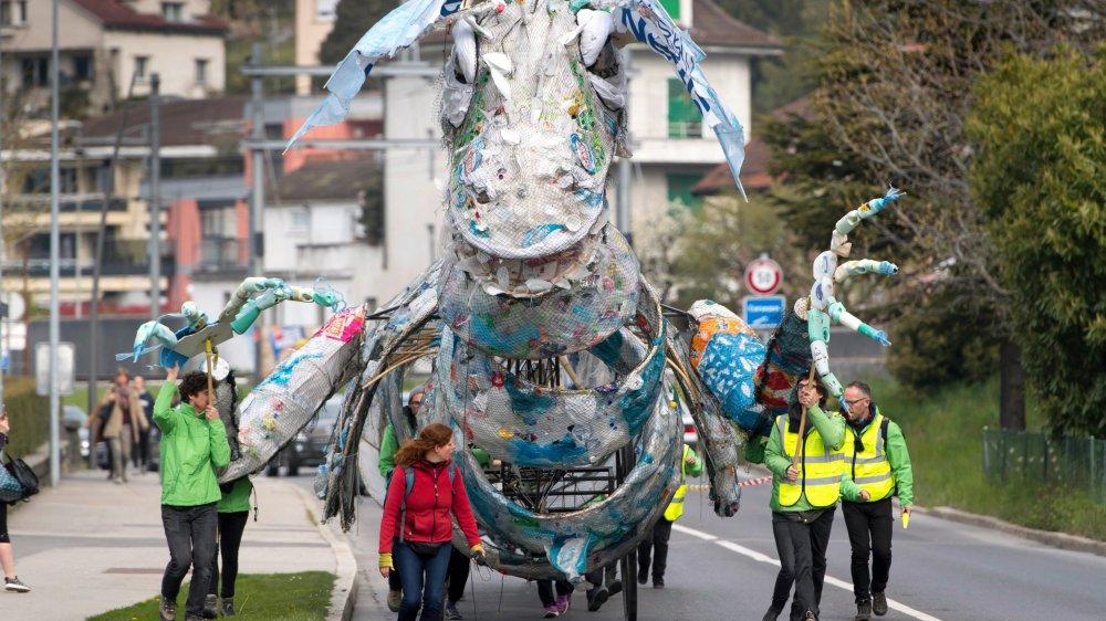 En avril dernier, le dragon de Greenpeace, constitué de déchets d'emballage, crachait sa colère devant le siège de Nestlé à Vevey.