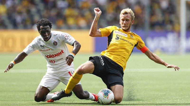 Le Bernois Fabian Lustenberger en duel contre le Servettien Koro Kone lors de la 1ère journée de Super League.