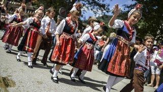 La fête folklorique de la mi-été fait revivre les traditions à Evolène. Rencontre avec ses participants.