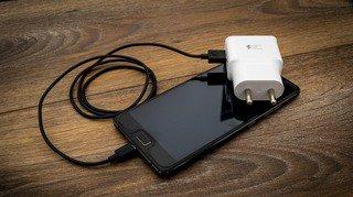 Smartphones: les chargeurs génériques peuvent provoquer brûlure et électrisation