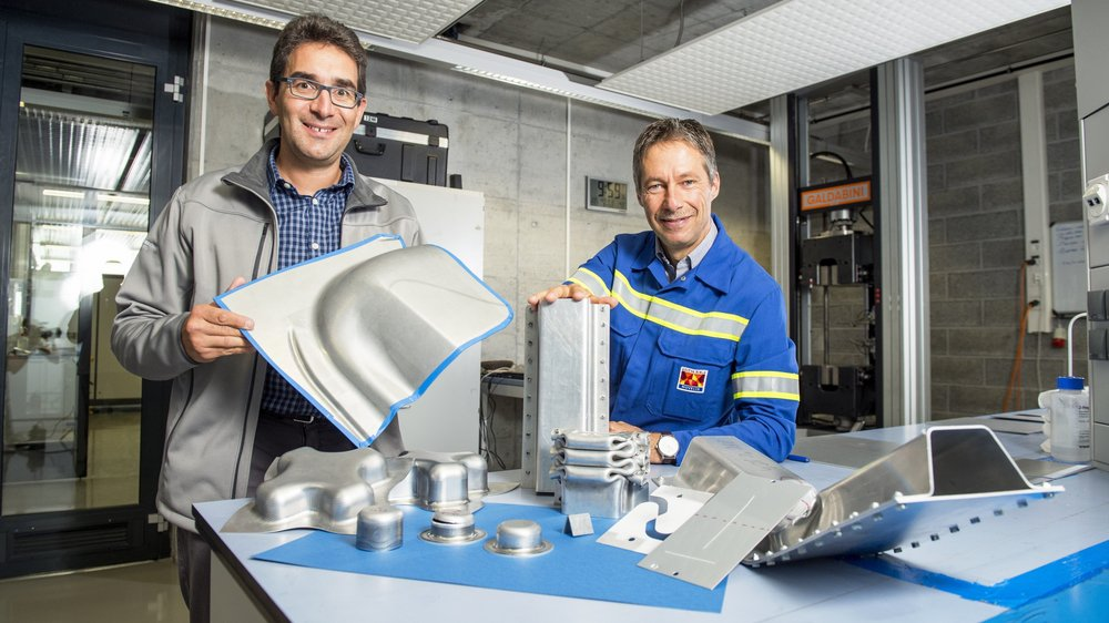 Cyrille Bezençon (à gauche) et Bertrand Carrupt posent dans l'un des laboratoires du centre R&D de Novelis, à Sierre, où des tests sont effectués sur différents alliages d'aluminium.