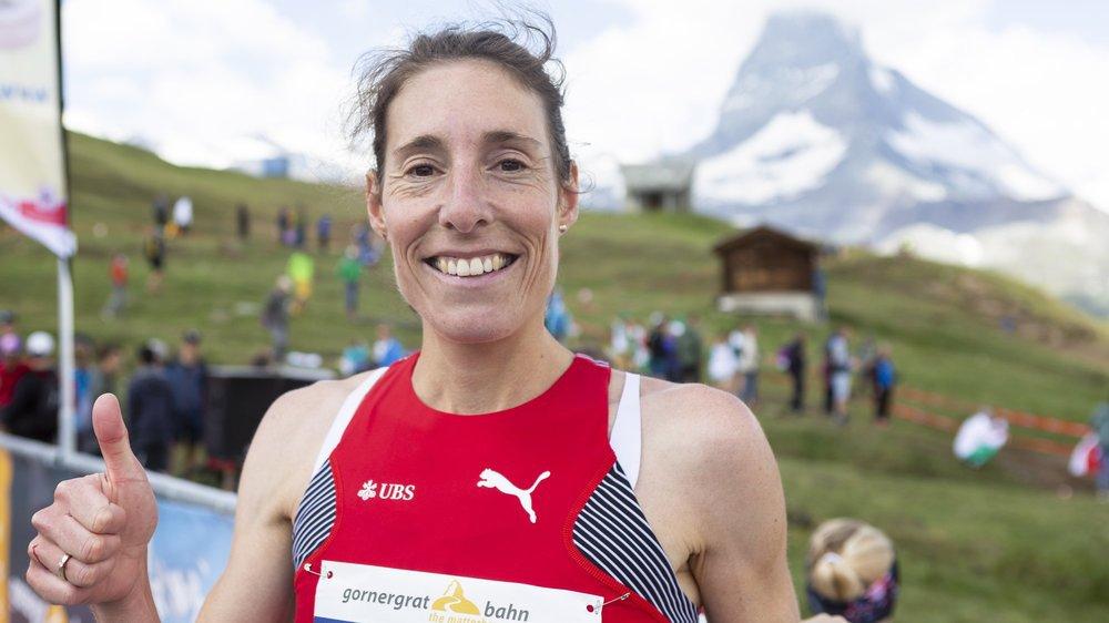 Maude Mathys célèbre sa victoire lors des championnats d'Europe de course de montagne en juillet à Zermatt.