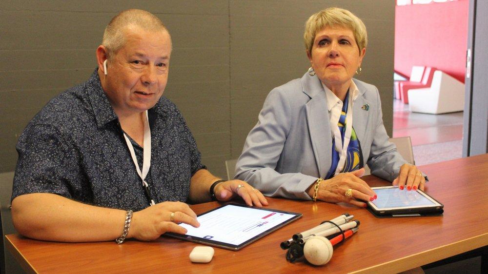 Respectivement non-voyante et malvoyant, Verena Kuonen et Denis Maret peuvent se repérer sur l'application ParticipaTIC grâce notamment à la synthèse vocale de leur tablette.