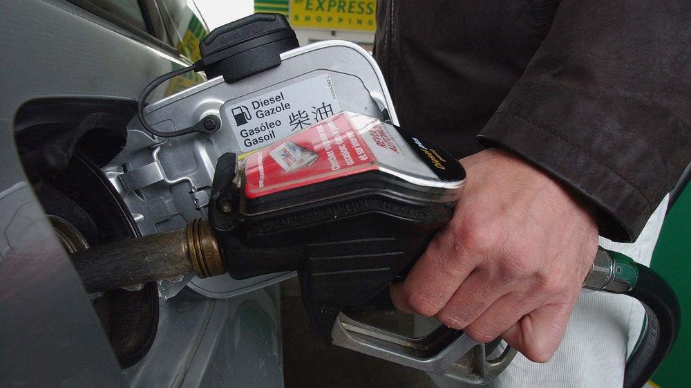 «La moitié du prix de votre plein d'essence, ce sont des taxes incompressibles qui partent à Berne», explique notamment Martin Stucky.