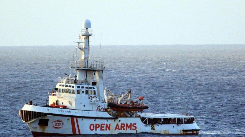 Migrants: Open Arms, qui ne peut pas débarquer en Italie, refuse d'aller en Espagne