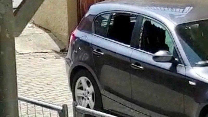 La voiture bien endommagée après le passage de la propriétaire de la place de parc.