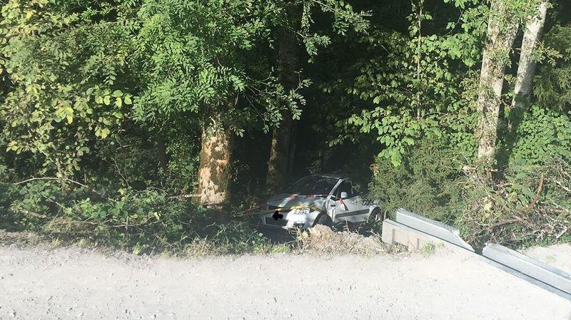 Le véhicule a terminé sa course une quinzaine de mètres en contrebas de la route de Tille.