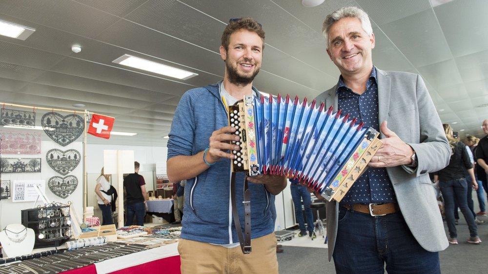 David Clivaz, coordinateur de la fête, et Bruno Huggler, directeur de la FFMP, affichent un large sourire en présentant une magnifique schwytzoise richement décorée au cœur du marché de la musique populaire de Crans-Montana.