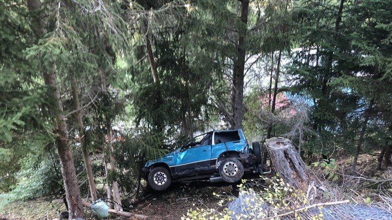 Le véhicule s'est renversé dans un terrain escarpé avant de s'immobiliser dans la forêt.