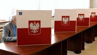 Pologne: les conservateurs conserveraient la majorité absolue aux élections législatives