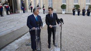 Face à Orban, le président français change de ton