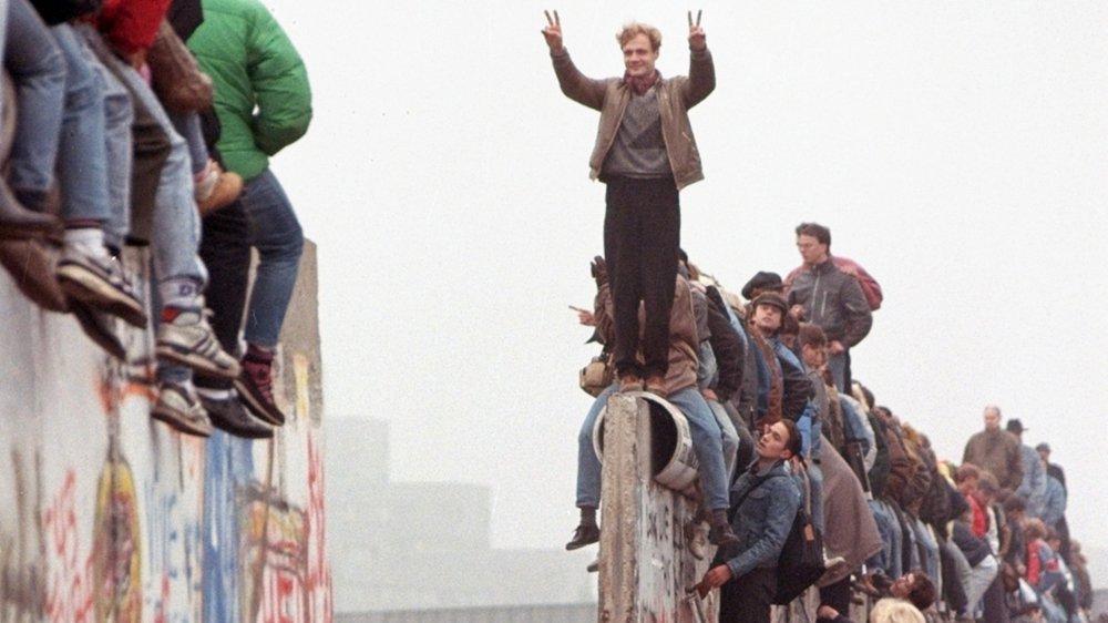 Au lendemain de la chute du mur de Berlin, la joie des Allemands de l'Est et de l'Ouest n'est toujours pas retombée.