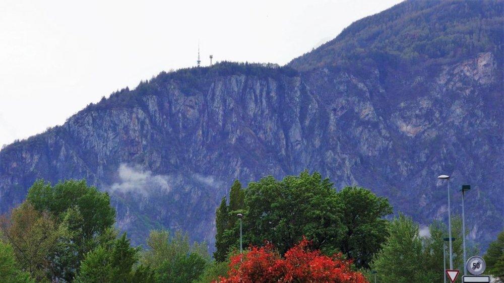 Un montage qui montre une vue de la plaine sur le futur radar, qui se dressera à côté de l'antenne Swisscom de Ravoire.