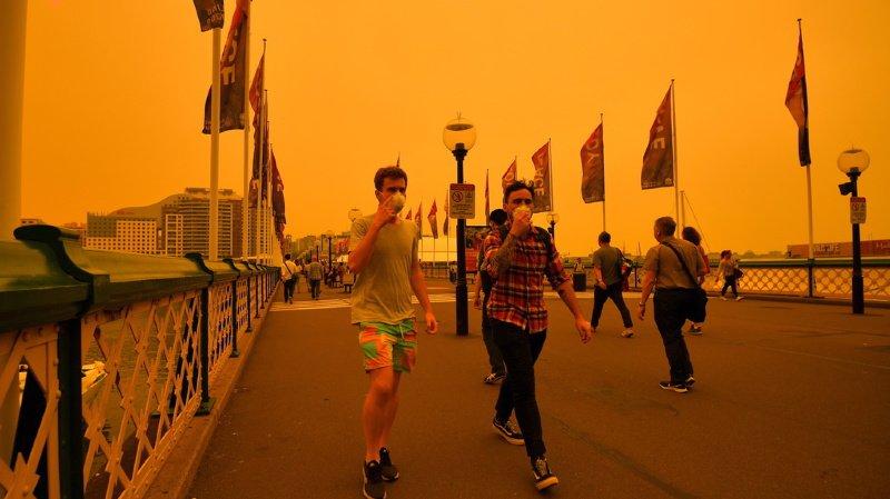 Beaucoup d'habitants s'étouffaient sous leur masque en raison de l'épaisse fumée âcre.